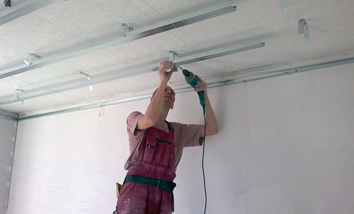 Как выровнять потолок в частном доме своими руками 9